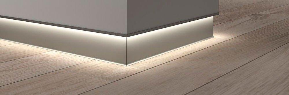 Локальная подсветка и эффект нависающей стены, когда плинтус покрашен в цвет стены без декоративной планки.
