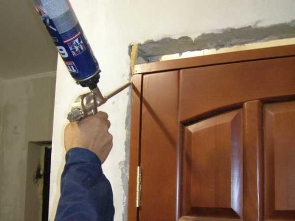 Закрепление дверей монтажной пеной