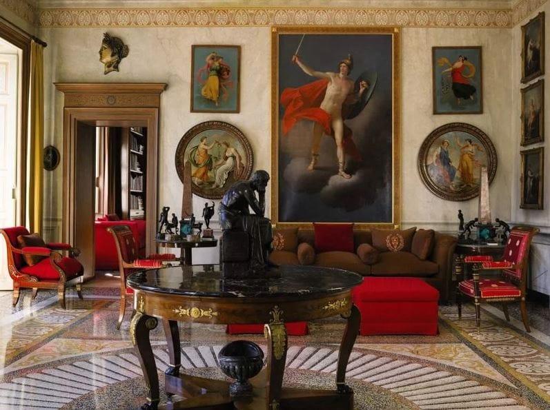 Богатый декор, включавший в себя орнамент и военные эмблемы, нарочито подчёркнутые массивные монументальные формы