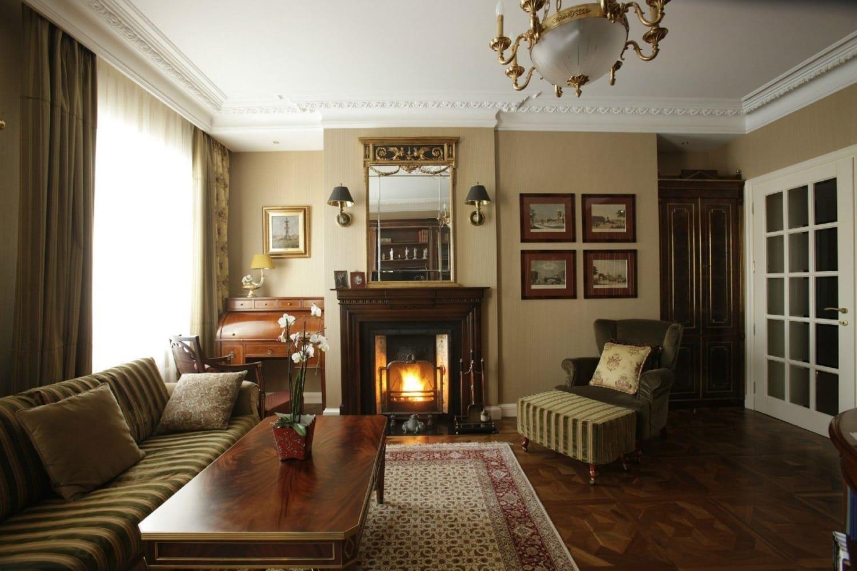 Фундамент стиля составляют богатая, качественная мебель из натуральных благородных пород дерева, красивый элегантный камин, дорогая драпировка, изысканный декор, золотые нотки в оформлении комнаты
