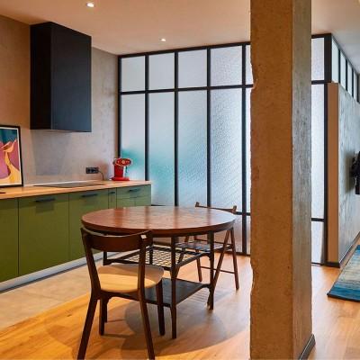 Кухня с обеденной зоной в дизайн-проекте квартиры в ЖК Комфорт Таун