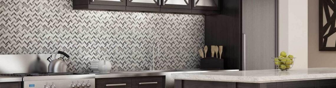 Ослепительное сияние: 6 кухонных интерьеров с глянцевой плиткой