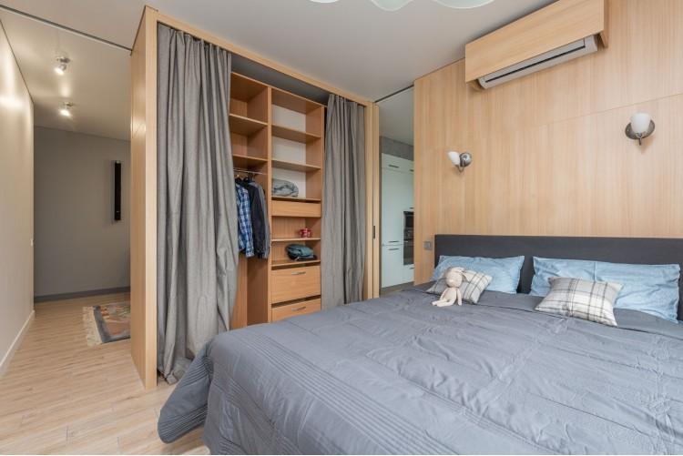 Открытая спальная комната – фото интерьера № 1500