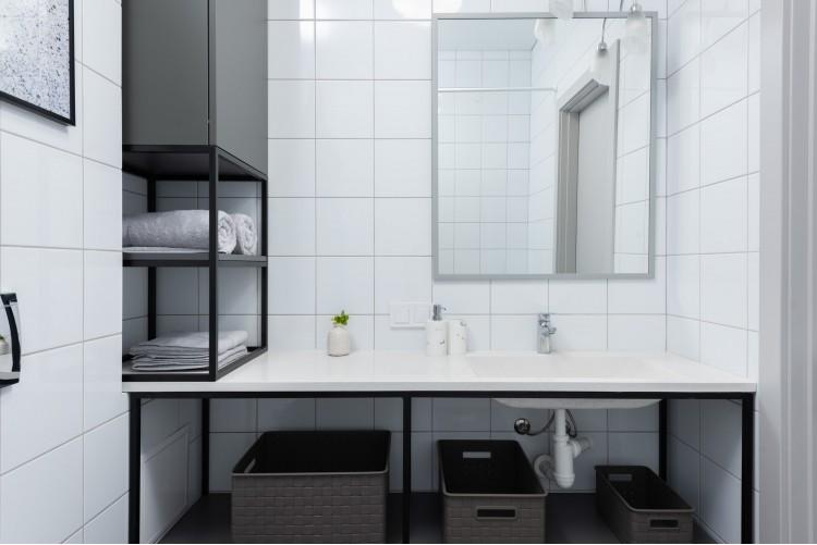 Белый санузел в дизайн-проекте смарт- квартиры в ЖК PARKLAND, 43м.кв.— дизайнер Ирина Сазонова