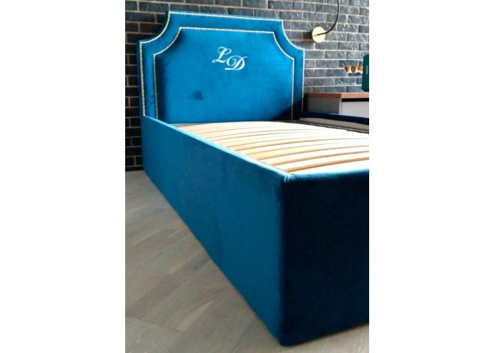 Кровать с вышивкой  1