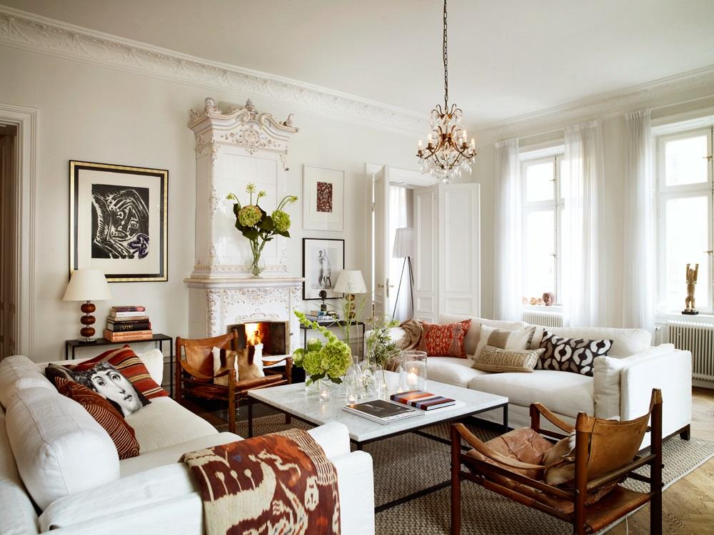 Гостинная в частном доме: белые диваны, камин, декоративные подушки - сканди стиль