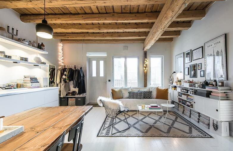 Интерьер финского домика: деревянная отделка, широкий стол удобные кресла