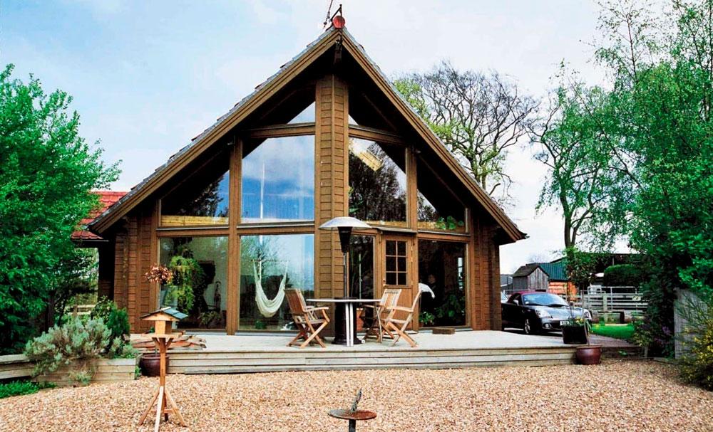 Деревянный фасад дома, большие окна – черта скандинавского стиля