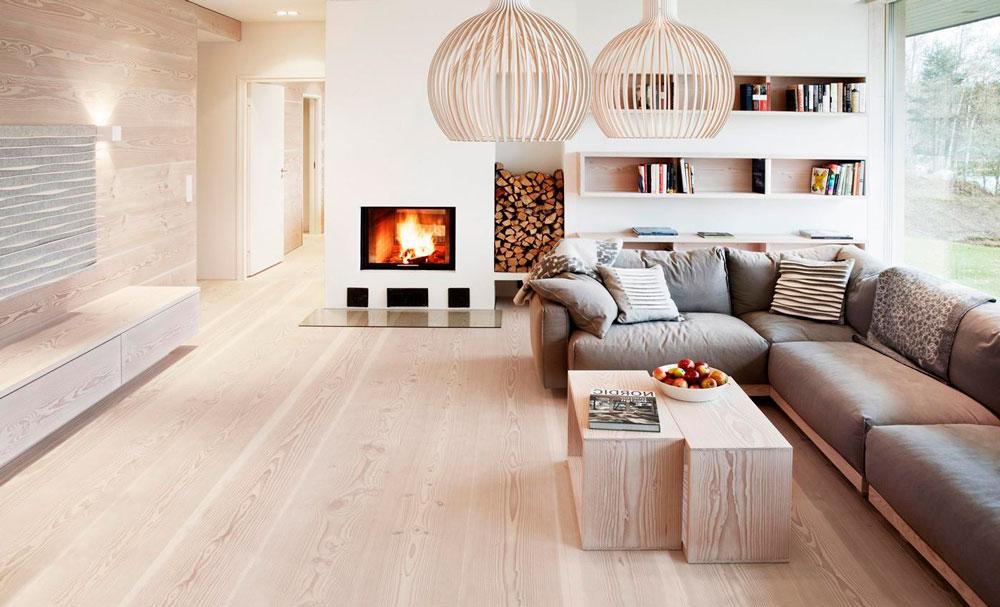 Напольные покрытия, светлый ламинат хорошо усиливает скандинавский стиль. Камин обеспечивает вечный комфорт и вечерний релакс