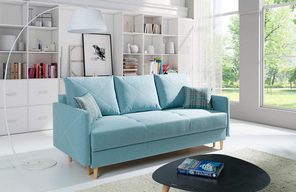 Бирюзовый диван в современном интерьере гостиной в скандинавском стиле. Большие окна, книжные полки, много пространства - лучшее место для встречи гостей