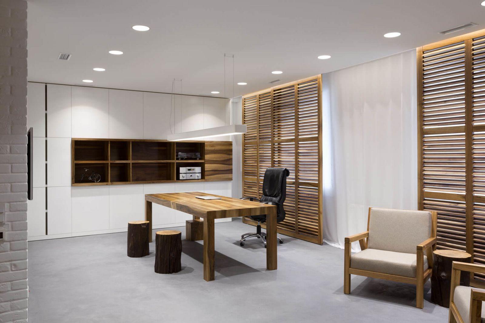 В кабинете предусмотрено место для работы и отдыха. Кроме того, здесь предусмотрен отдельный санузел