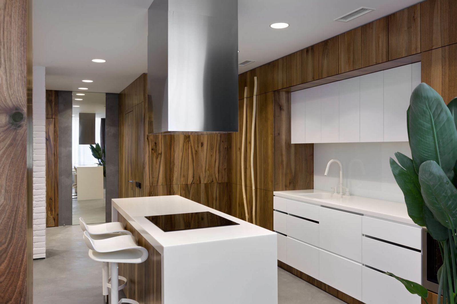 Вся кухонная техника спрятана за деревянными панелями