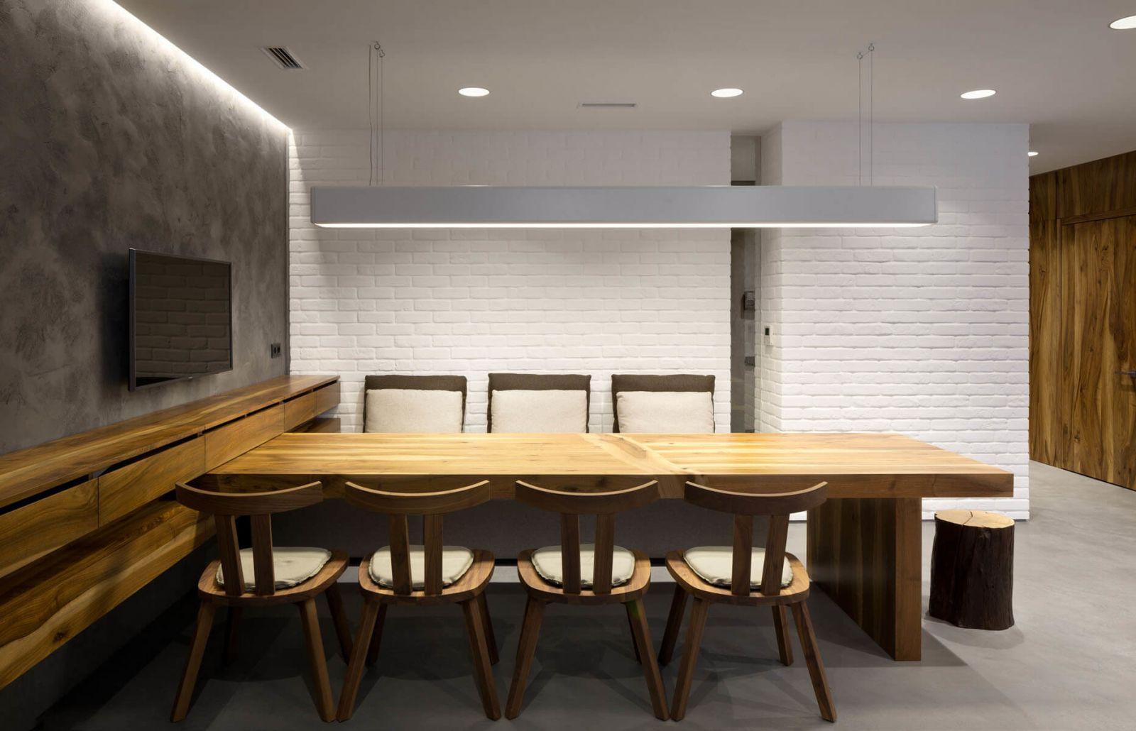Массивный обеденный стол для семейных трапез, как и прочая мебель для этого объекта была выполнена по авторским чертежам архитекторов бюро Ryntovt Design