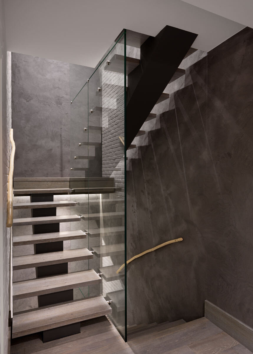 Новая конструкция лестницы «парящая» в воздухе является не только функционально необходимым элементом, но и дополнительным украшением квартиры, гармонично дополняя и объединяя пространство
