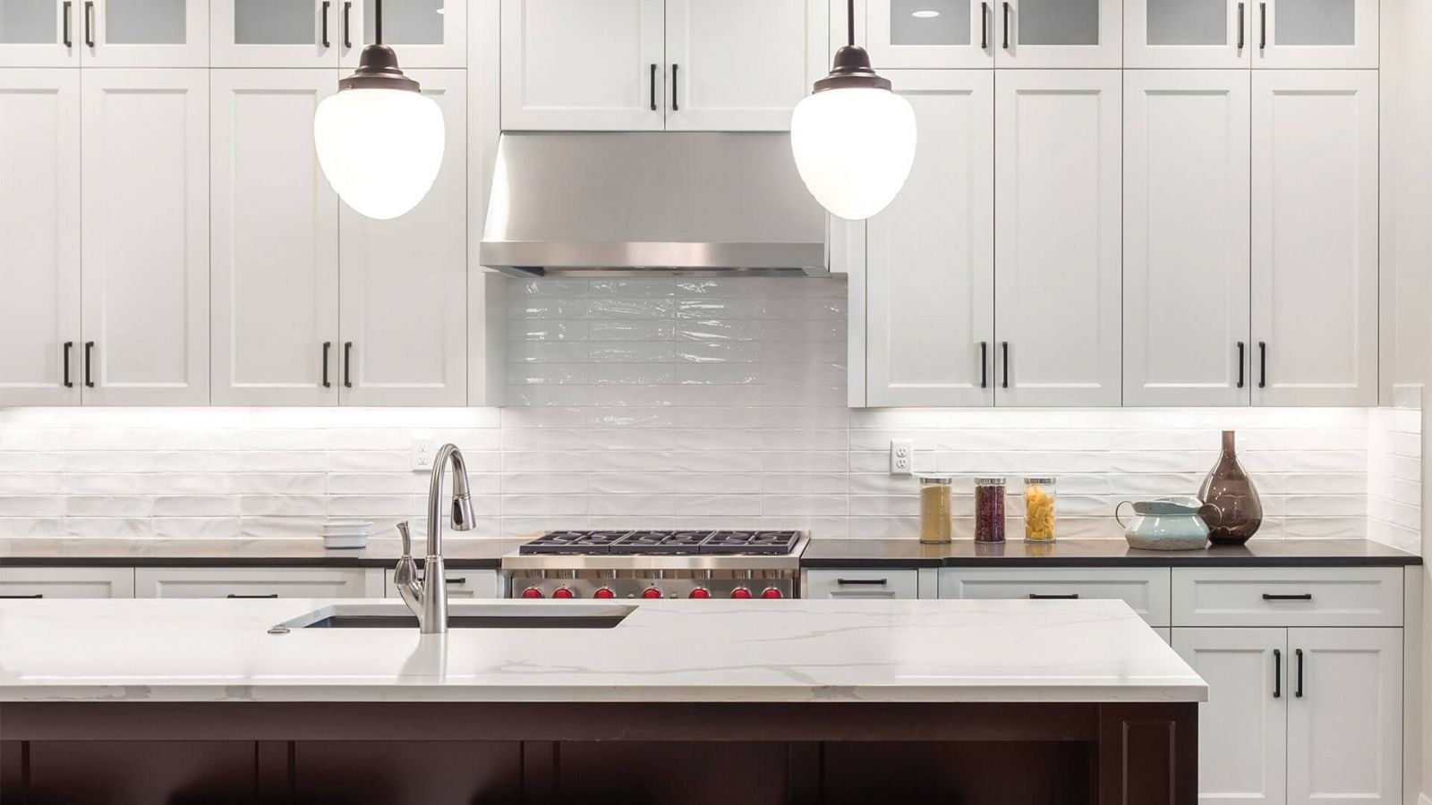 Белая глянцевая плитка - это нетленная эстетика кухонного дизайна.