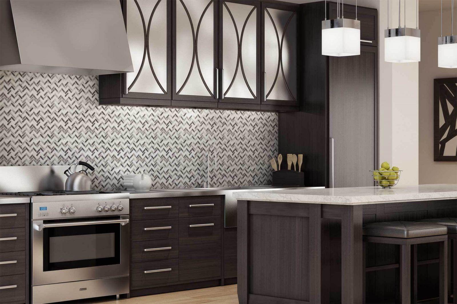 Используйте сочетание темных оттенков и металлической глянцевой плитки для создания ошеломляющего дизайна.