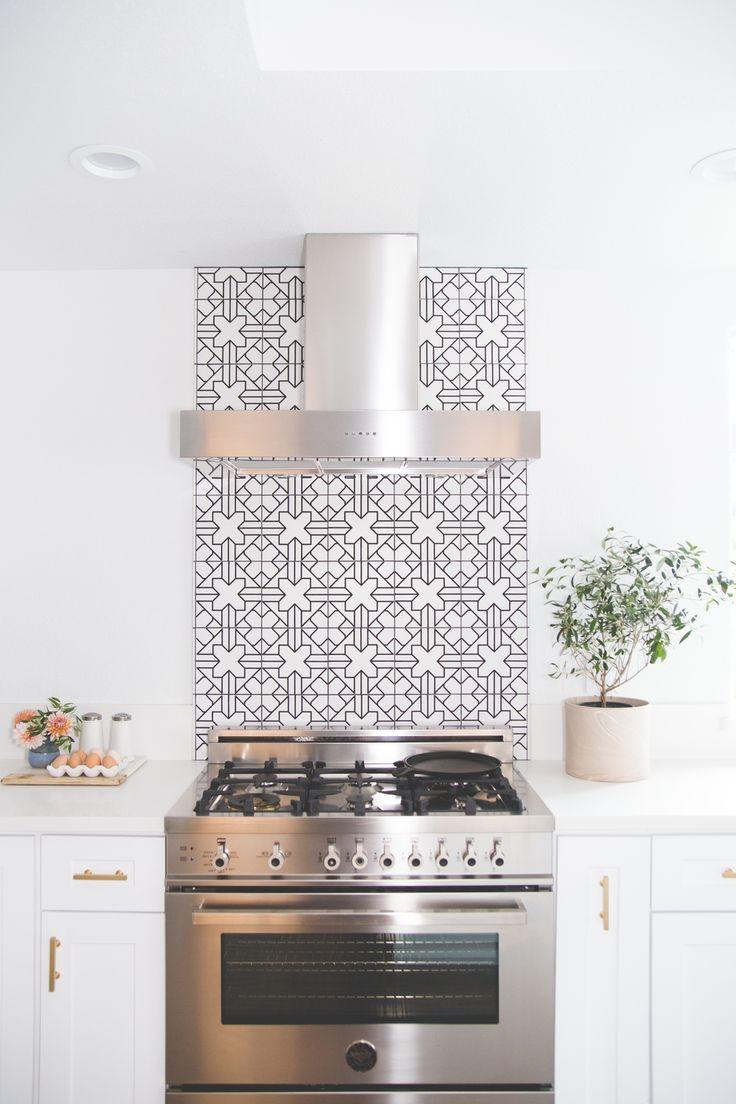 Узоры на плитке дабавят ярекости вашей кухни.