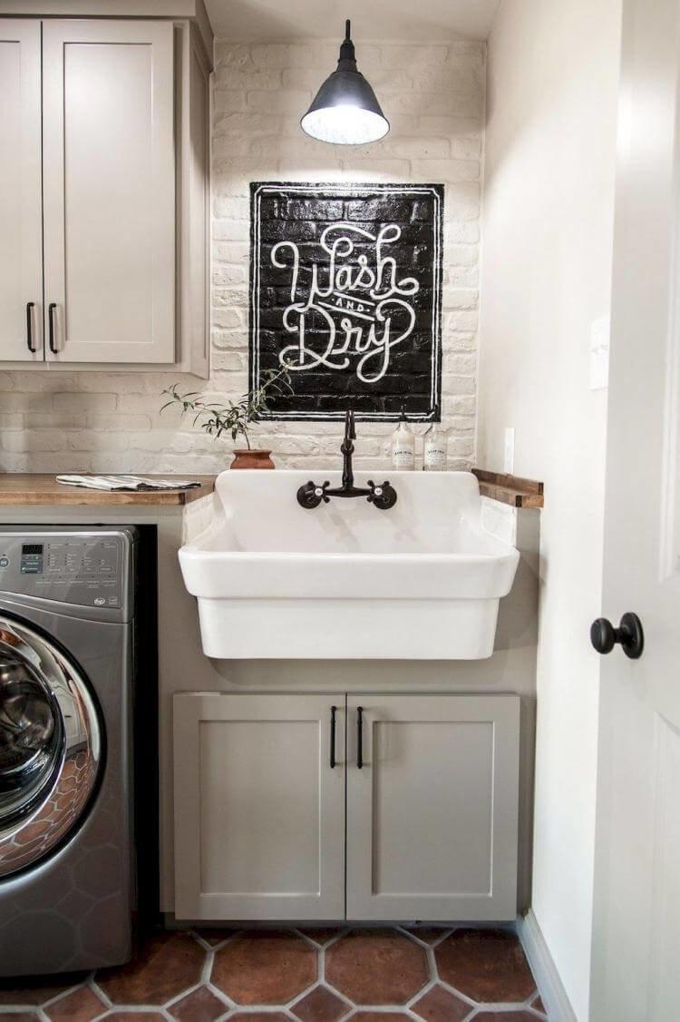 Идея деревенской стилизации стиральной машины — это контраст просторы и инноваций.