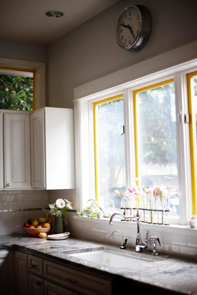 Если немного декорировать окно получите интересную атмосферу