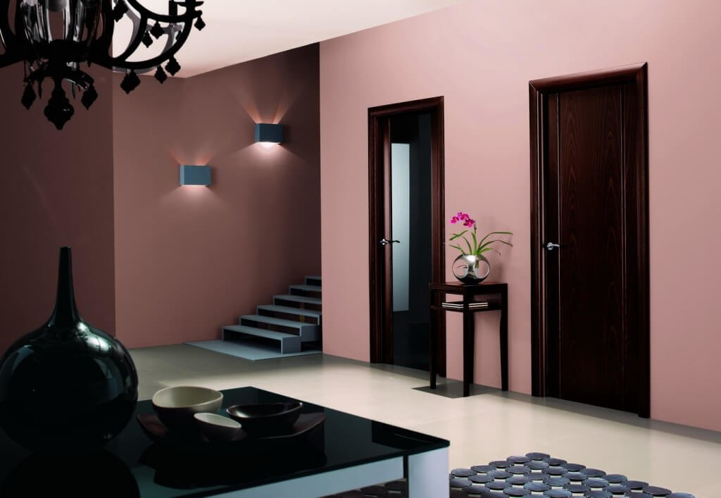 Двери венге в розовом интерьере