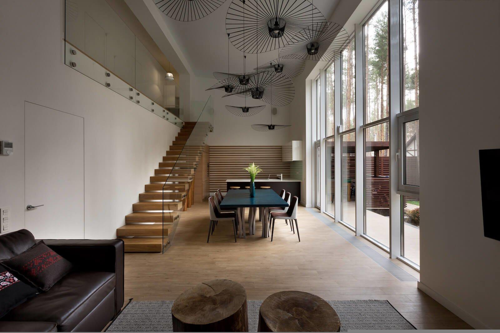 Дом расположен в сосновом лесу и основная сложность в процессе работы над ним заключалась в максимальном сохранении природного ландшафта.