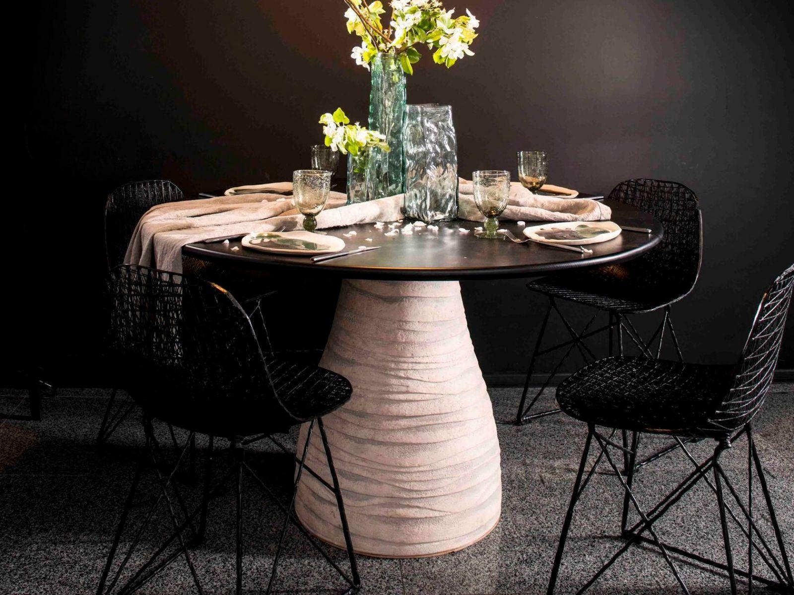 Стол Schedryy из коллекции FAINA выполнен из массива дерева, керамики и металла. Благодаря природным материалам и комбинированию фактур придаст интерьеру ощущение тепла и домашнего уюта.