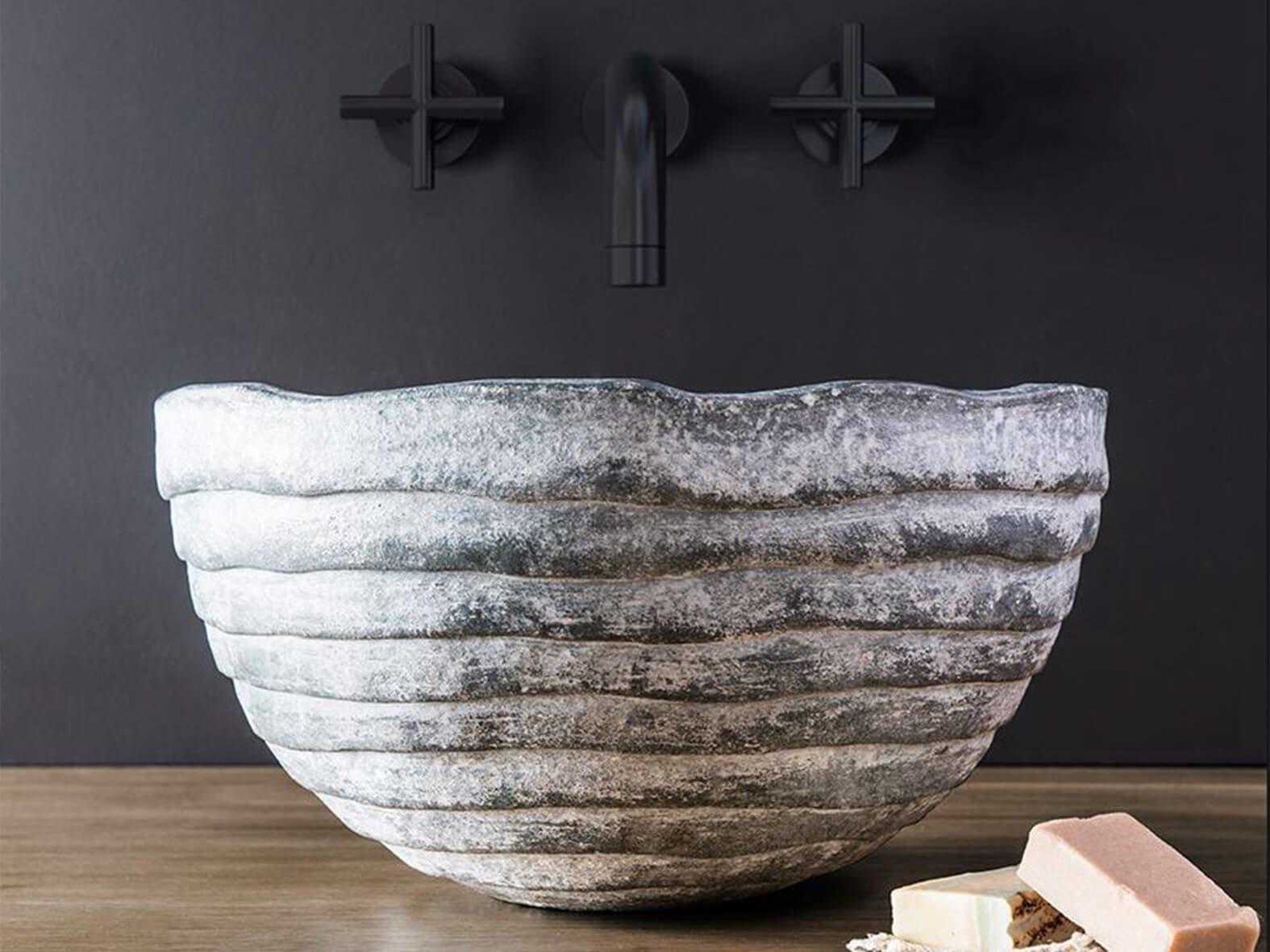Умывальник Vulyk из коллекции FAINA выполнен из натуральной глины в форме пчелиного улья. Изделие устойчиво к ударам. Высота – 21 см, диаметр – 43 см.