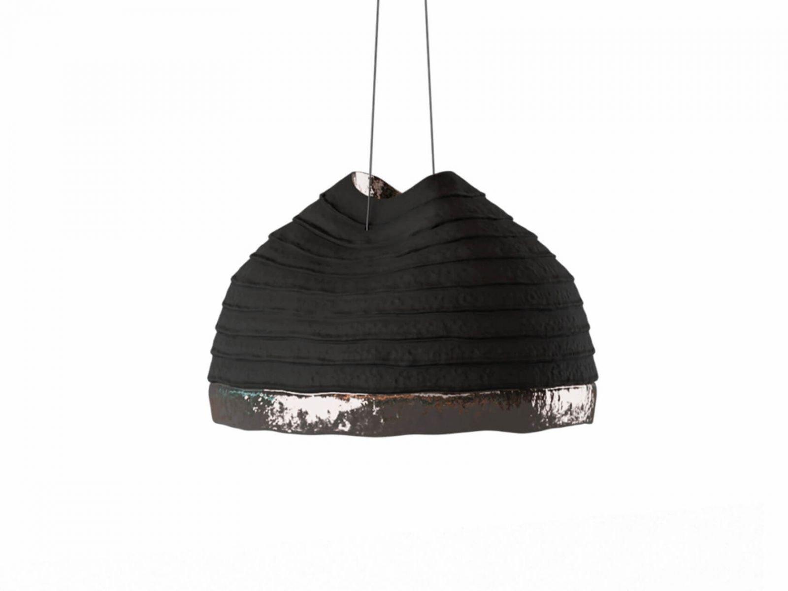 Светильник Obriy изготовлен из ударопрочной глины, а его внутрення поверхность покрыта глазурью. Излучает холодный свет. Доступен в двух размерах: 300х150 мм и 600х305 мм.