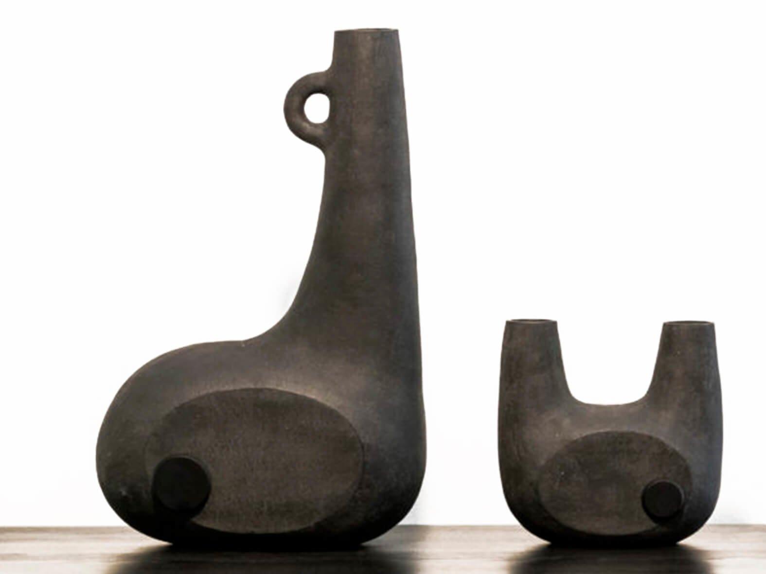 Керамические вазы Bandura с деревянными вставками своими текучими и плавными формами повторяют элементы старинного музыкального инструмента. Доступны в двух цветах.