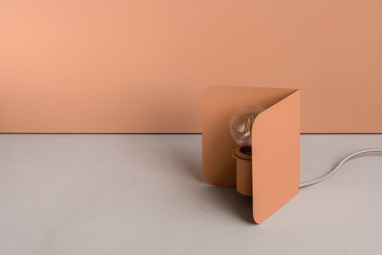 Настольная лампа Corner выполнена из металла. Доступна в 6 цветах
