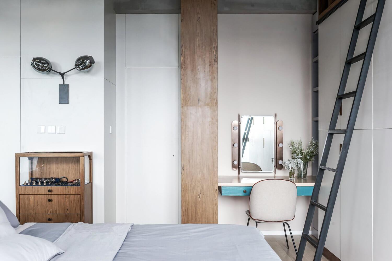 Для экономии пространства все стены в этом помещении занимают удобные ниши для хранения