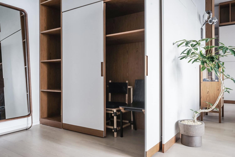 Вместительные шкафы позволяют хранить не только личные вещи, но и даже мебель, которая в данный момент не нужна