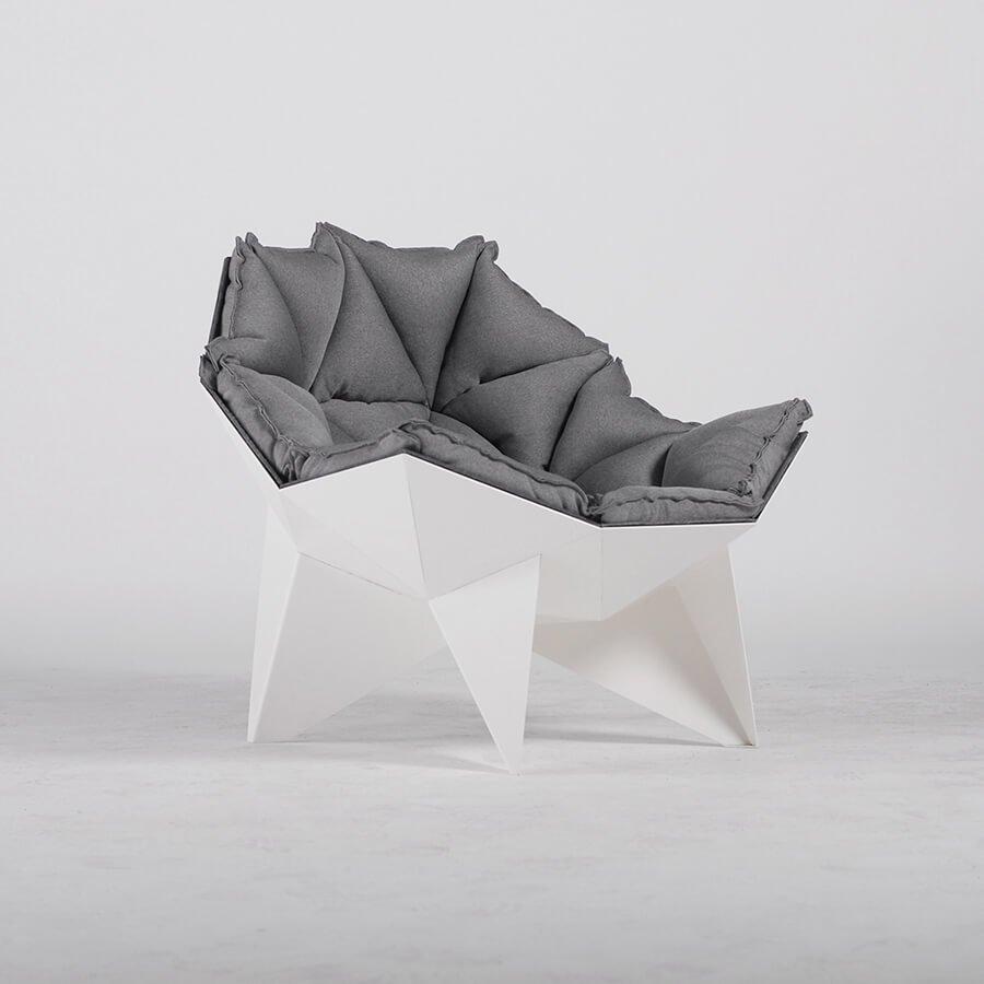 Сферическая форма кресла Q1 обеспечивает максимально удобную и естественную посадку для человека. Его каркас выполнен из стали, а внутренняя часть обита войлоком, для сохранения тепла.