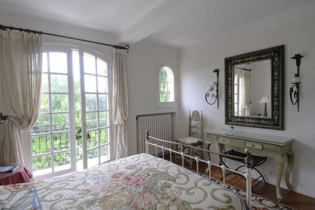 Даже если вы не видите со своих окон Эйфелевую башню, открытый балкон важная часть спальни