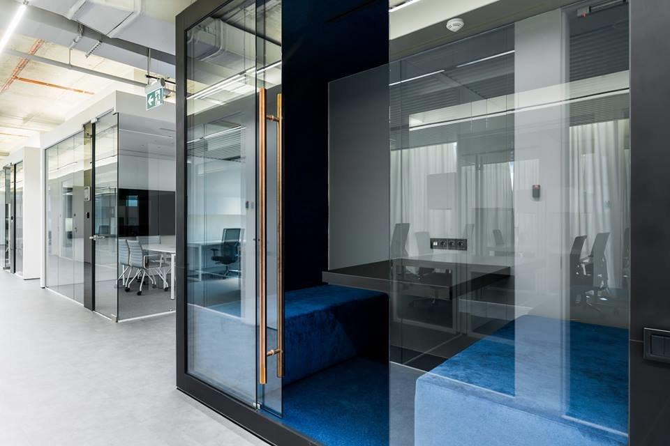 Интерьер комнаты со стеклянными перегородками