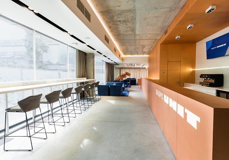 Интерьер кафе коворкинга в оранжево-синих тонах Chasopys.UNIT