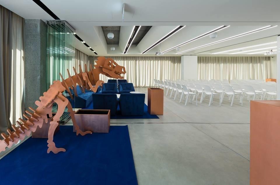 Конференц-зал с белыми стульями нового коворкинга Chasopys.UNIT