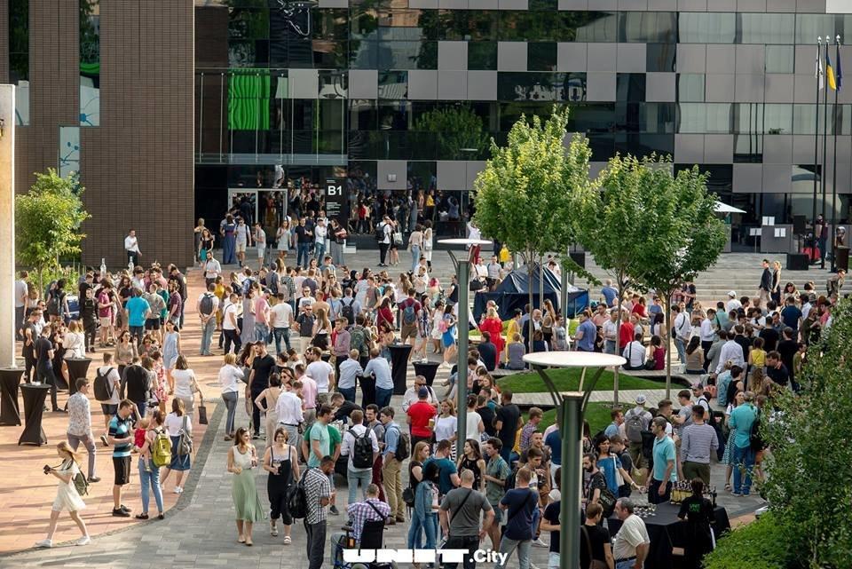 Люди на официальной церемонии открытия нового кампуса UNIT.City