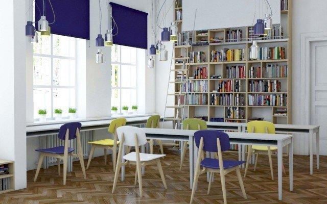 Фото зала с белыми стенами и книжными стеллажами