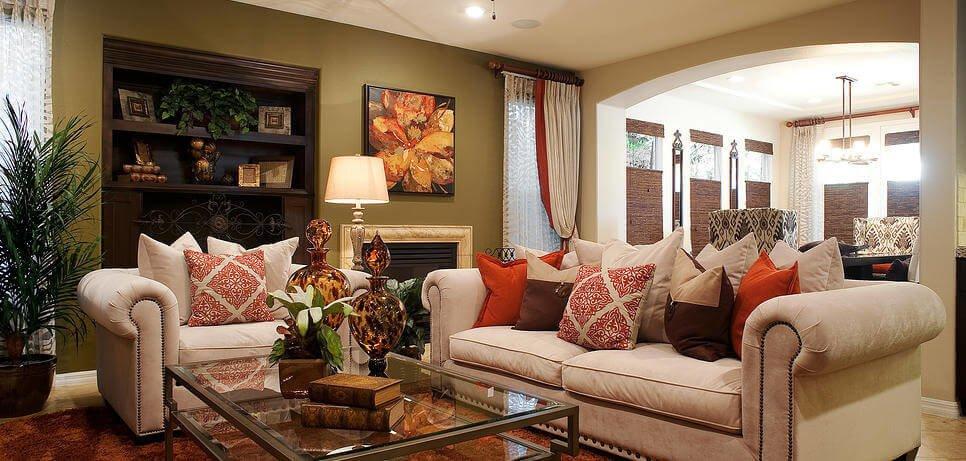 Нейтральный диван выступает отличной основой для яркого и оригинального текстиля.