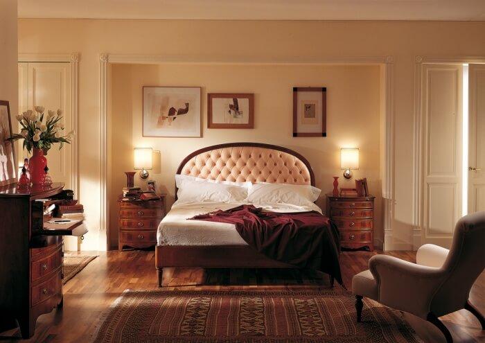 Как и любой классический интерьер, английский стиль любит симметрию, поэтомулучше всего предметы декора и мебель непосредственно в спальной зоне располагать одинаково