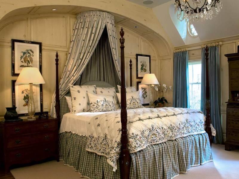 Текстиль и мебель в английской спальне очень колоритны и самобытны, поэтому нестоит перегружать интерьер мелкими и незначительными деталями