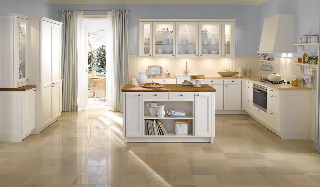Светлая кухня в английском стиле требует большого пространства для реализации иразбавление холодного оттенка нежными цветами