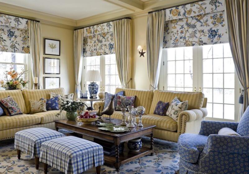Синие акценты в виде цветочных принтов и полосок добавляют легкую нотку в классикуанглийского стиля