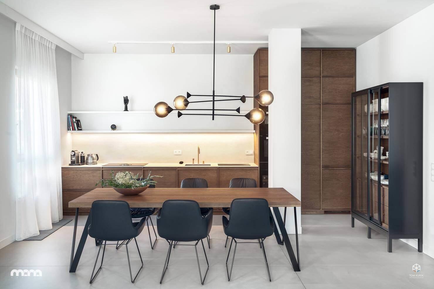 В интерьере гостиной прослеживается мягкое сочетание особенностей стилистических направлений в дизайне интерьера второй половины ХХ века