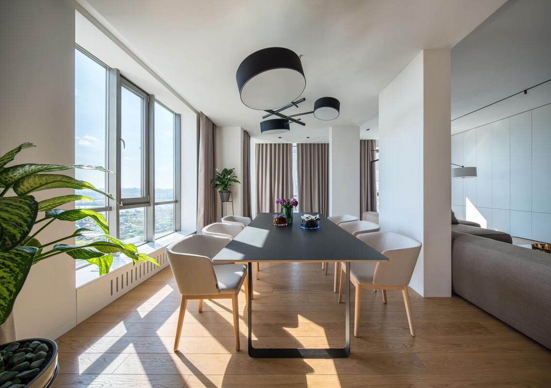 Массивная люстра над обеденным столом добавляет интерьеру столовой чувство завершенности