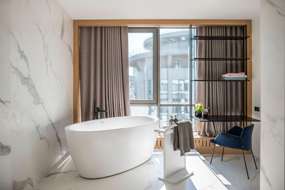 За счет панорамных окон в ванной всегда много естественного света, однако, если задернуть плотные шторы создаётся ощущение камерности