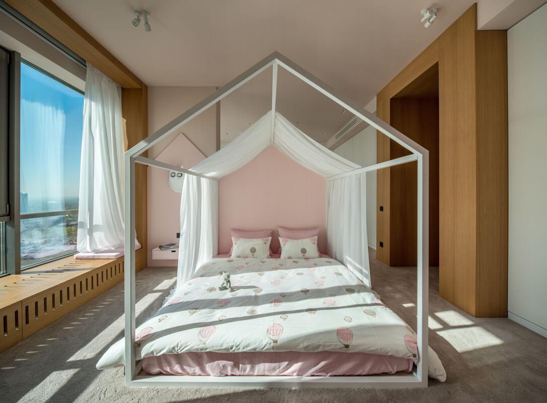 Мягкие пудровые оттенки розового и кремового добавляют детской комнате особого шарма и ощущение тепла и уюта