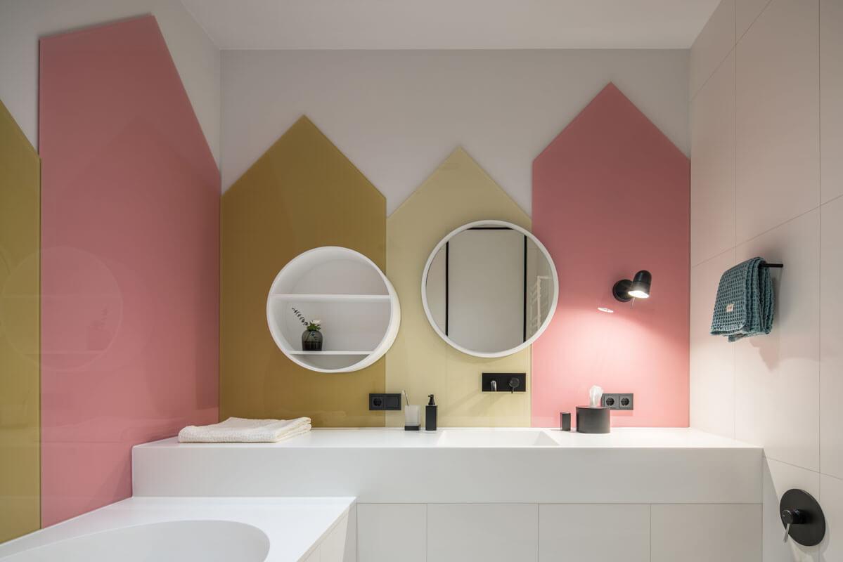 Интерьер детской ванной комнаты полностью продолжает стилистику оформления спальни