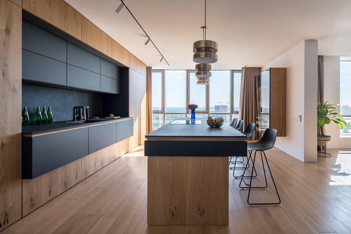 Вся бытовая техника спрятана за кухонными панелями, благодаря чему помещение выглядит очень чистым и аккуратным